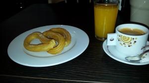 Pahoja haaleita ja sokerittomia churroja maahanmuttajien kahvilassa Solin lähellä.