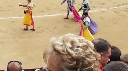 Huomatkaa etualan rouvan papiljottikiharat. Taustalla korskea matadori, Madridin oma poika, Uceda Leal.