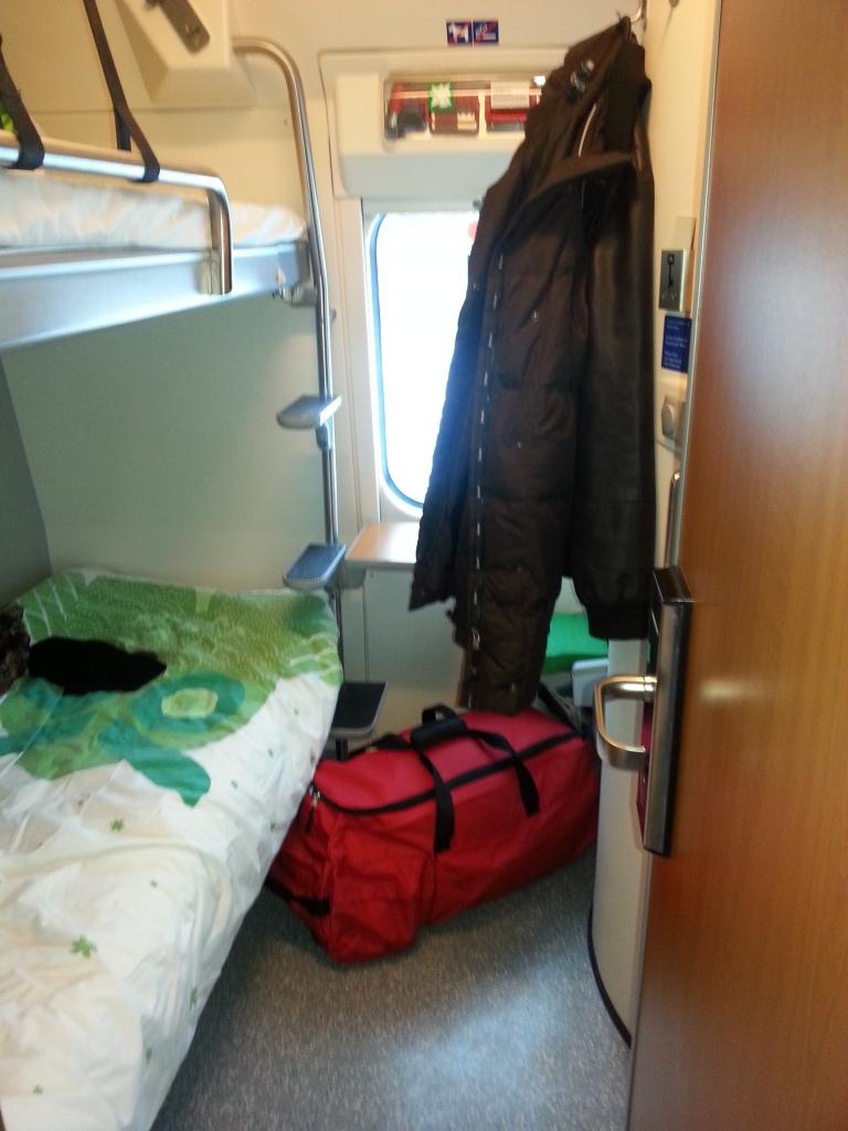 Laukku matkalla sängyn alle VR:n makuuvaunussa.