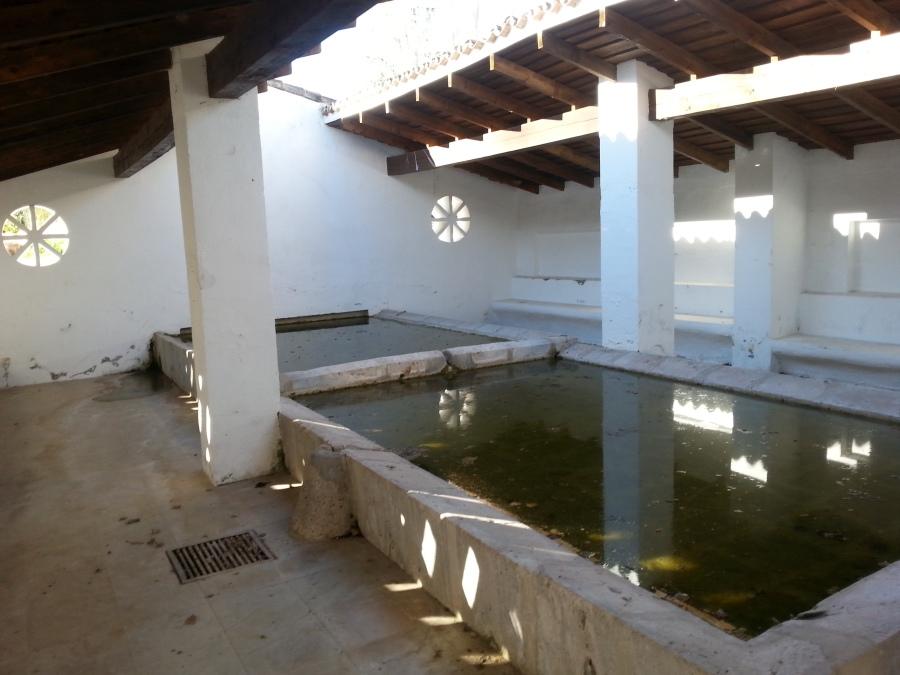 Täällä kävi naiset pyykillä ennen pesukoneita. Ei ole raukoilla Espanjassa jokia ja järviä, joissa pyykätä sormet kohmeessa. Seinän ja katon rei´istä tuleva valo on ihana. Kuvat on aiemmalta reissulta, mutta eipä ole nähtävyydet siitä miksikään muuttuneet.